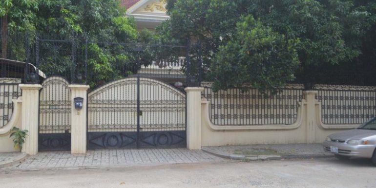 4 bedrooms villa for rent in Toul Kork