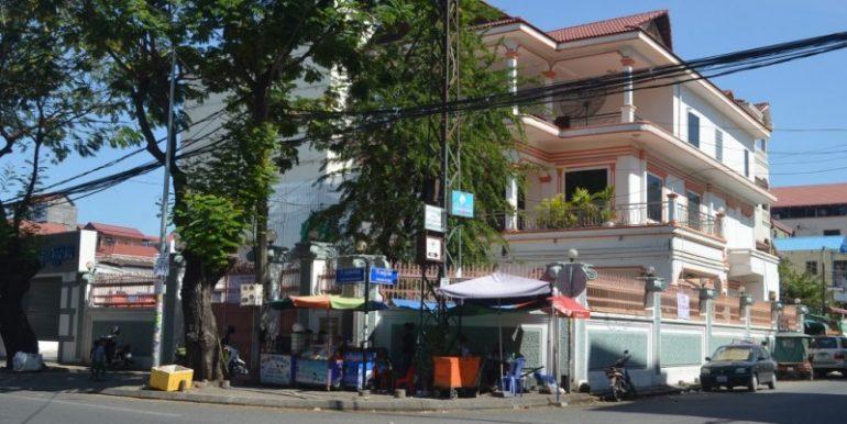 Corner House For Rent In Daun Penh (1)