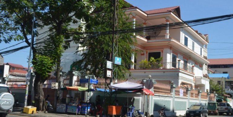 Corner House For Rent In Daun Penh (2)