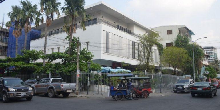 Ground floor Villa on the Corner For Rent In Daun Penh (2)