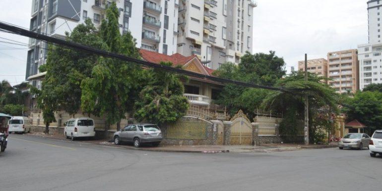 Corner Villa with 11Rooms For Rent In Bkk1 (1)