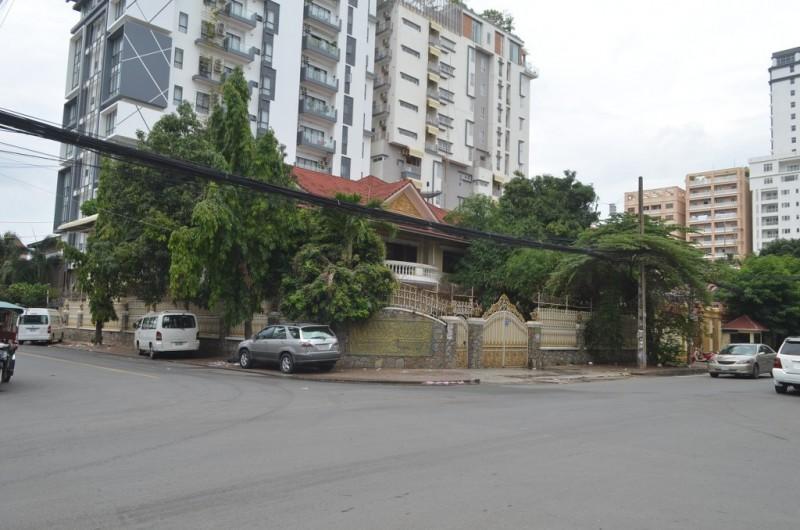 Corner Villa with 11Rooms For Rent In Bkk1